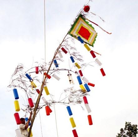 Cà Sa Phật Trên Cây Nêu Ngày Tết